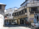 Eine Altstadtgasse mit kolonialen Balkonen